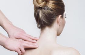 Ursachen von Nackenschmerzen und was Sie dagegen tun können